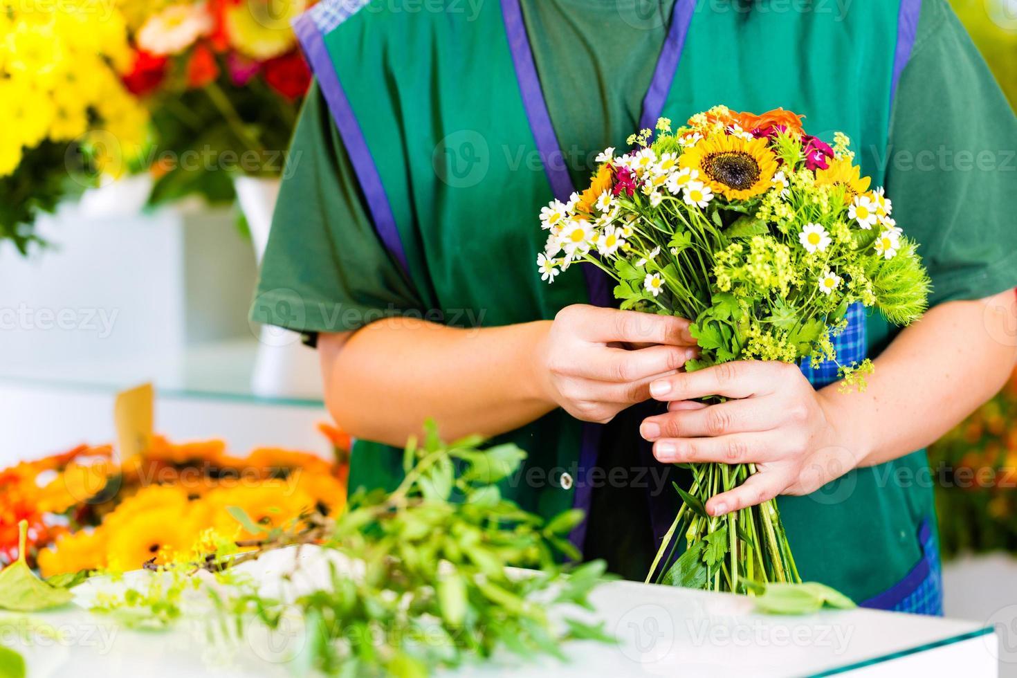 florista feminina em floricultura foto