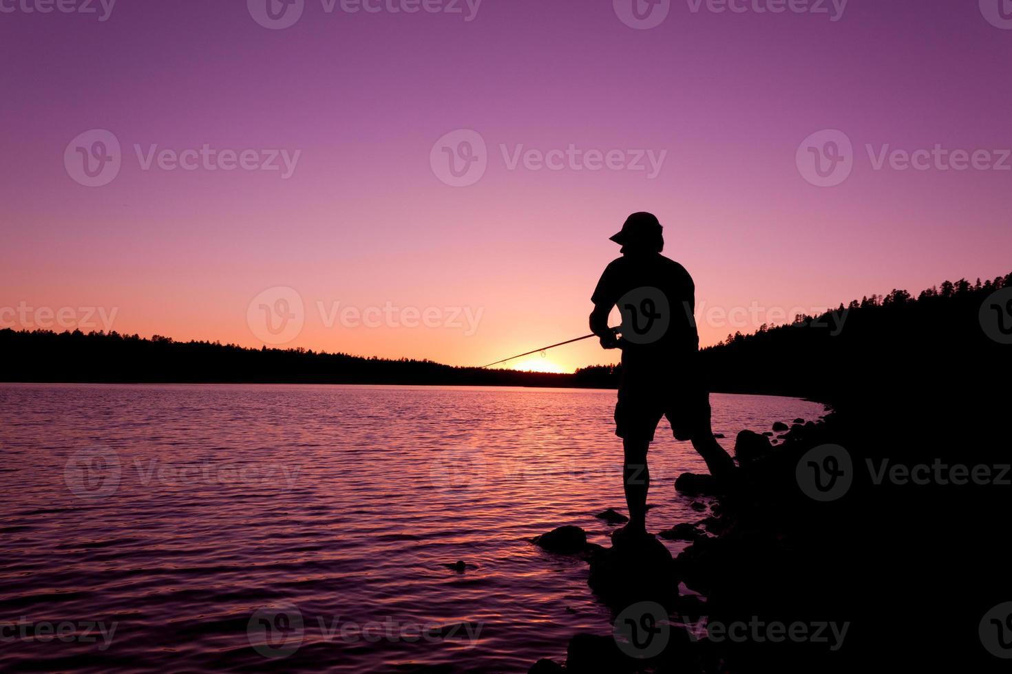 pescador ao pôr do sol foto