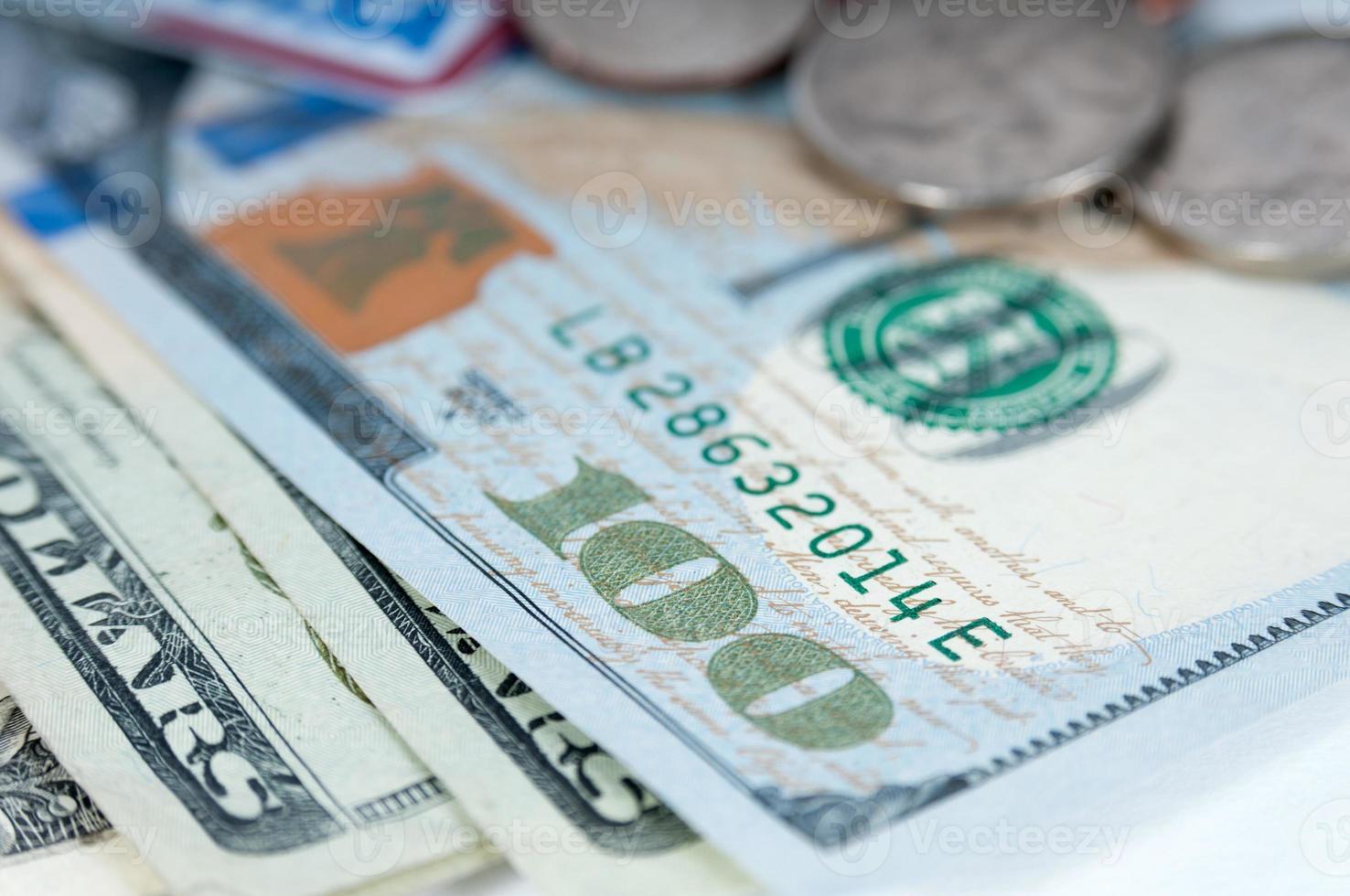 notas de dinheiro dólar americano e moedas closeup imagem macro foto