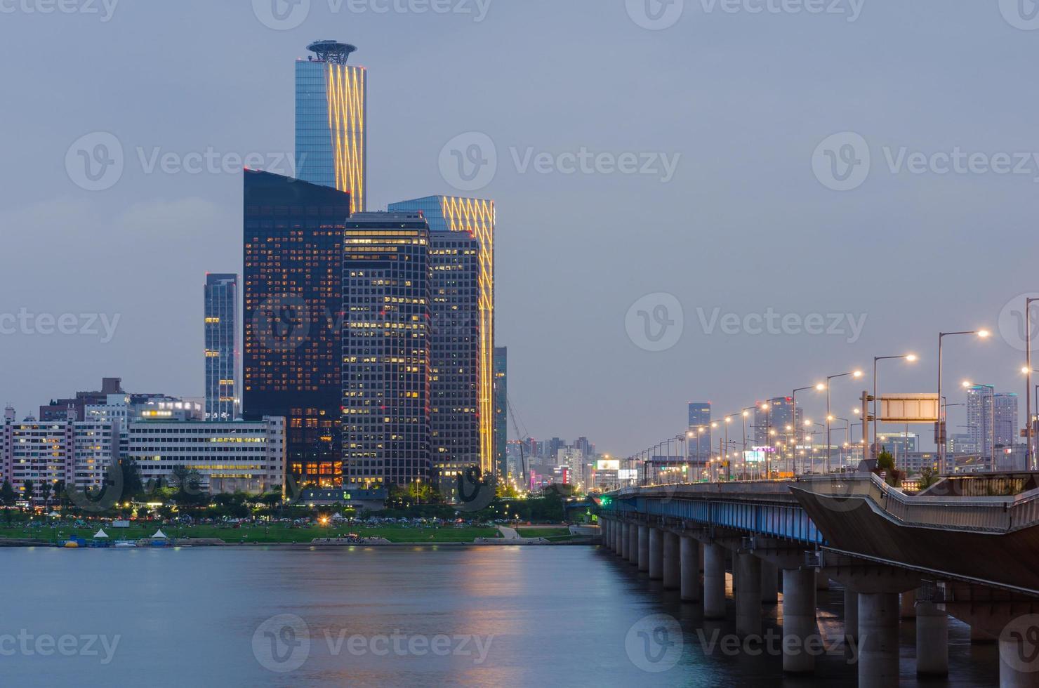 cidade de seul à noite e han river, coreia do sul. foto