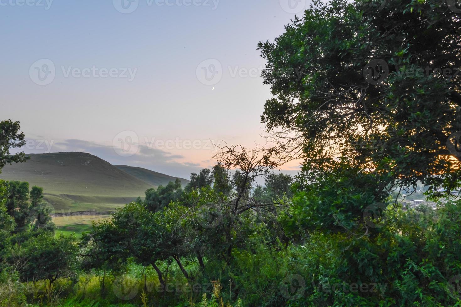 montanhas durante o pôr do sol foto