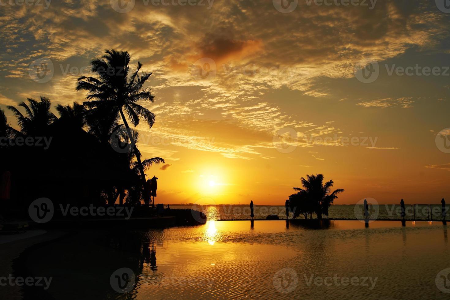 pôr do sol na praia das Maldivas foto
