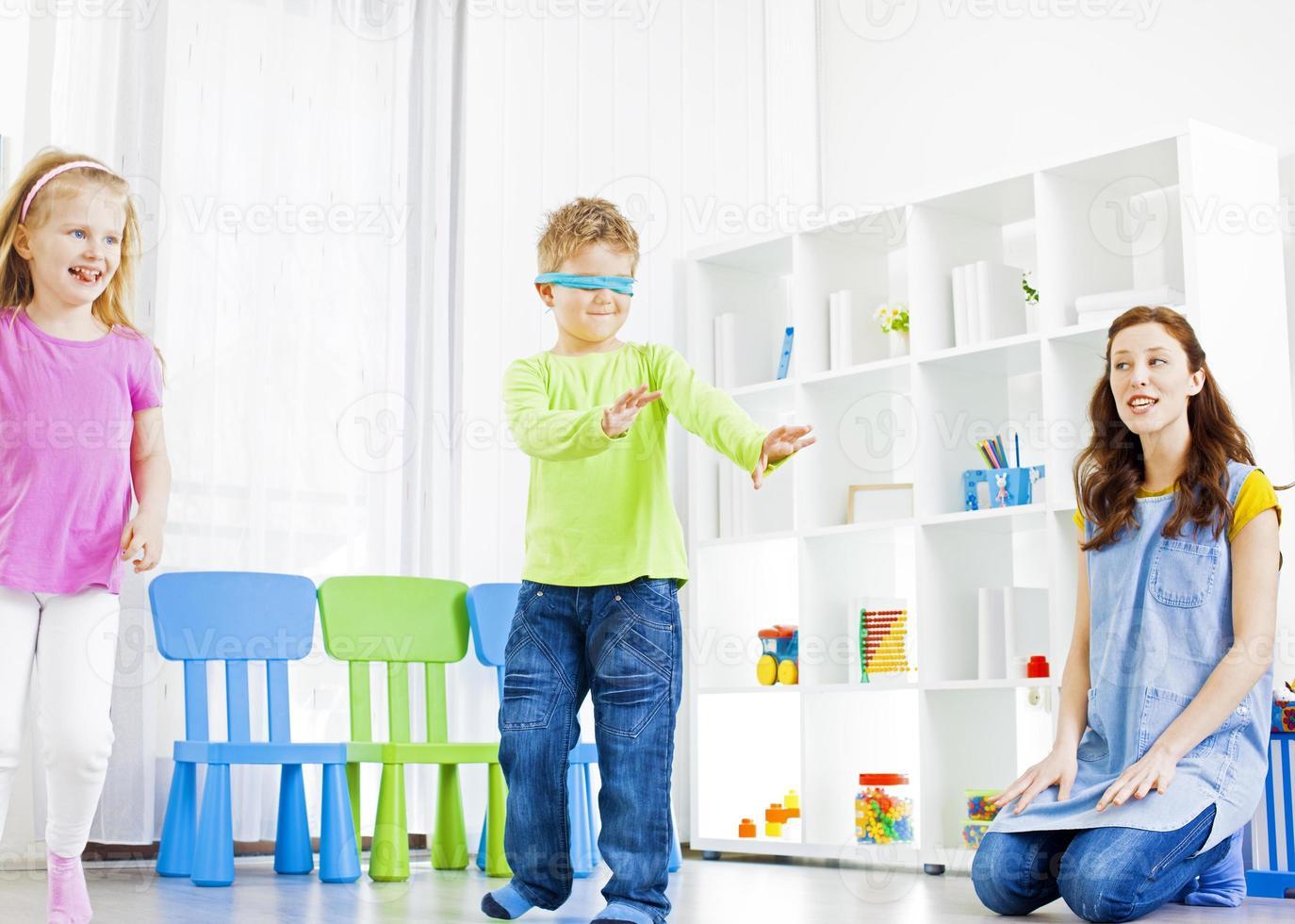 crianças brincando de esconde-esconde. foto