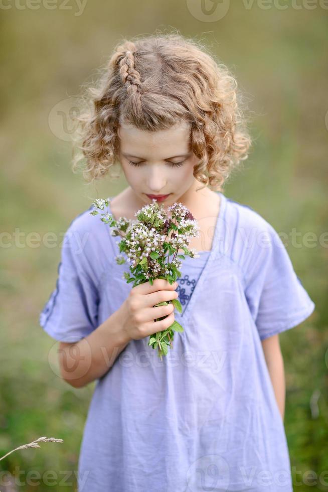 menina com flores no cabelo foto