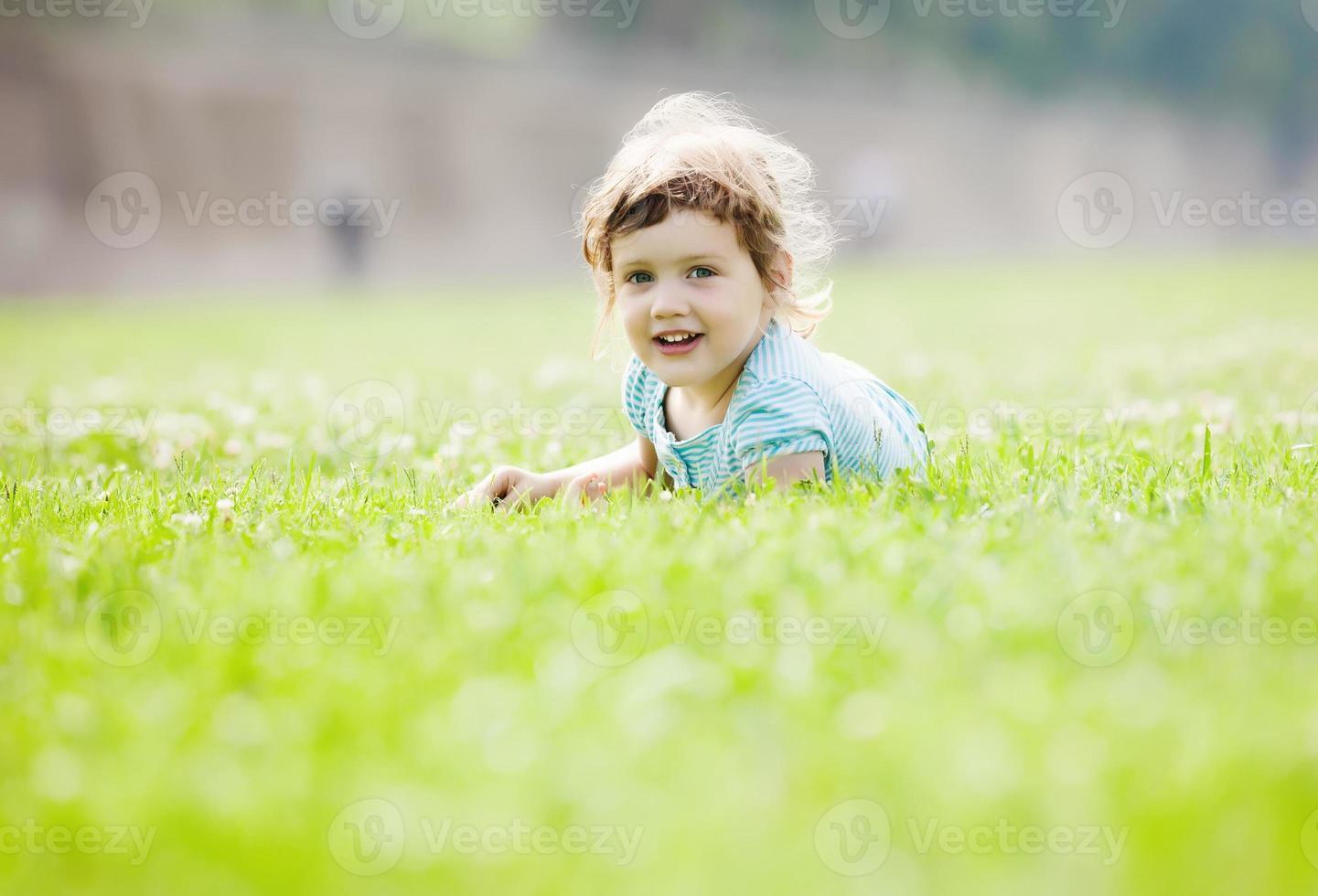 criança brincando no pasto foto