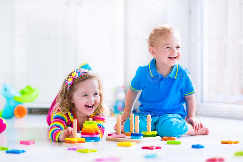 crianças brincando com brinquedos de madeira foto