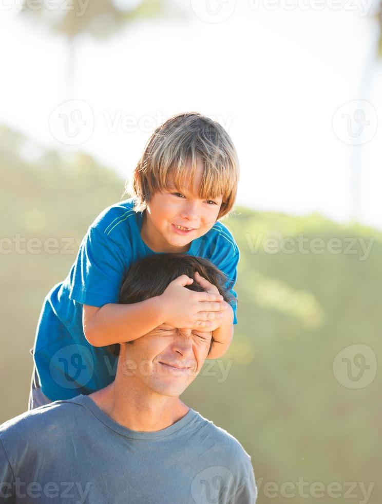 feliz pai e filho brincando na praia foto