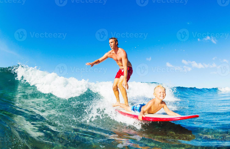 pai e filho surfando foto