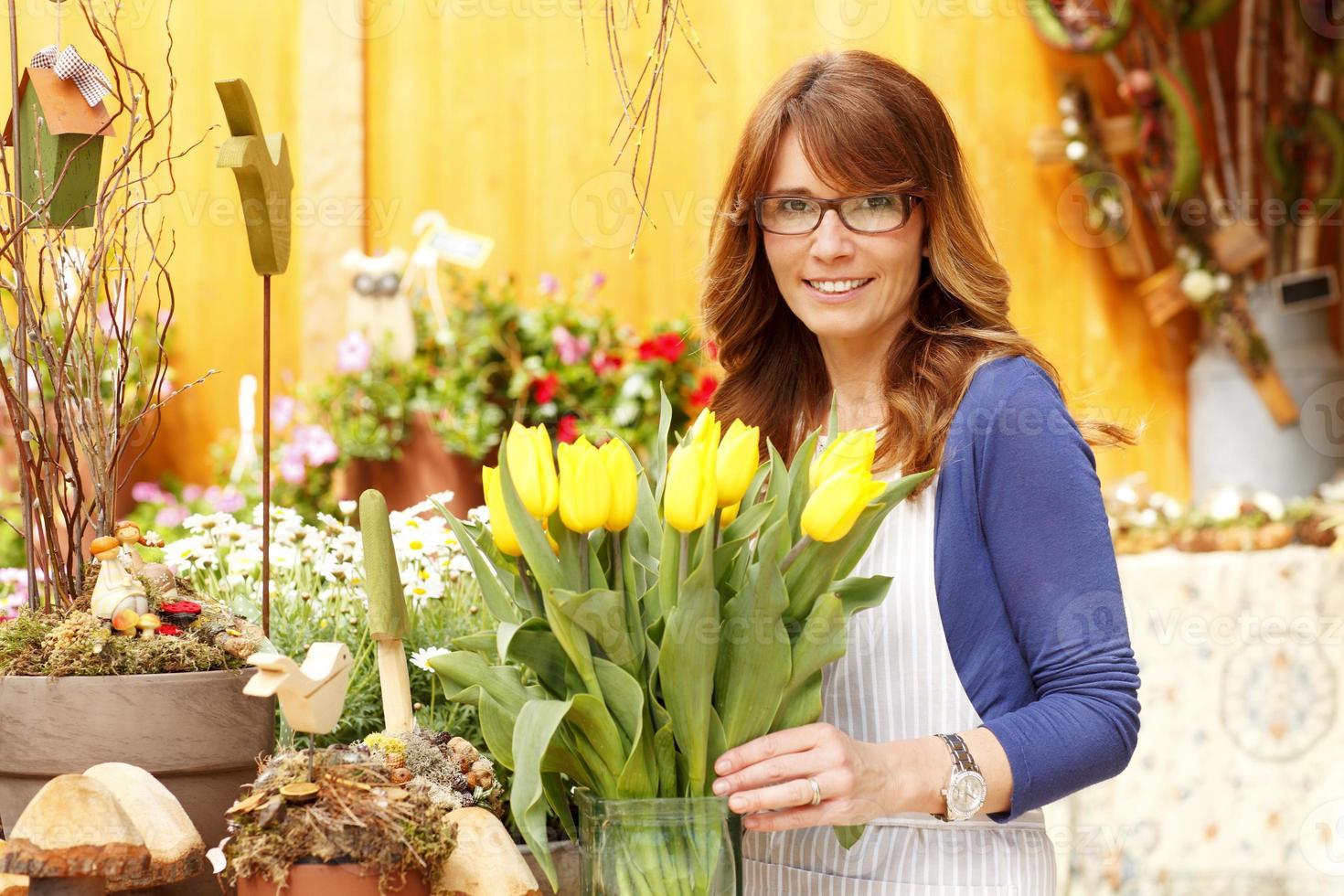 sorrindo, mulher madura, florista, pequeno negócio, flor, dono loja foto