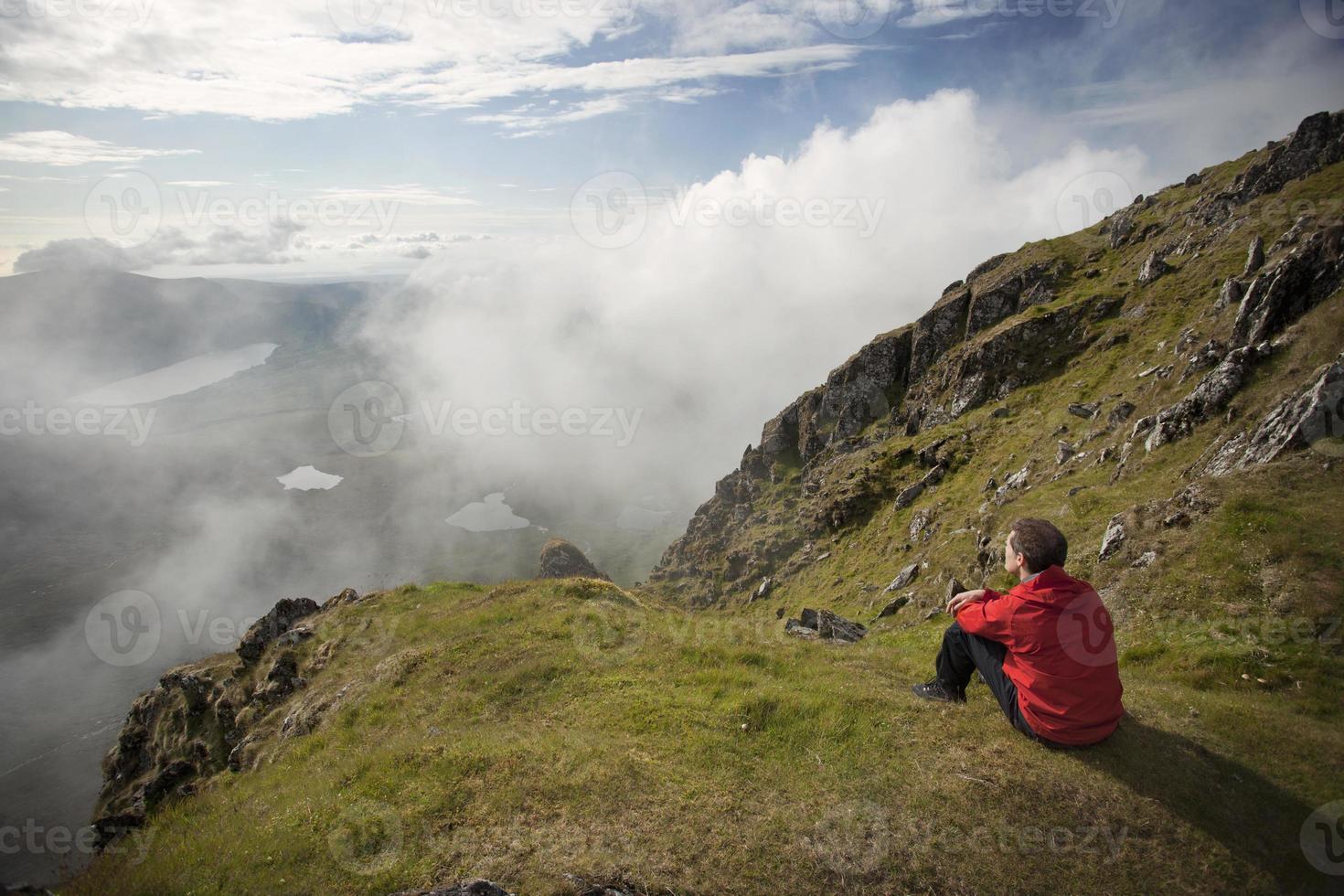 alpinista com vista para o topo da montanha foto