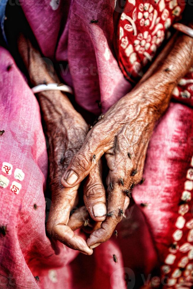 velha senhora enrugada mão com flyer foto