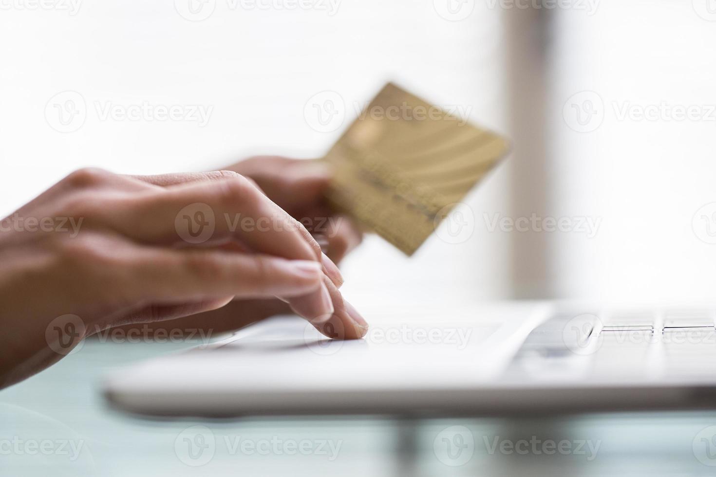 mulher às compras usando o computador para comércio eletrônico indoor foto