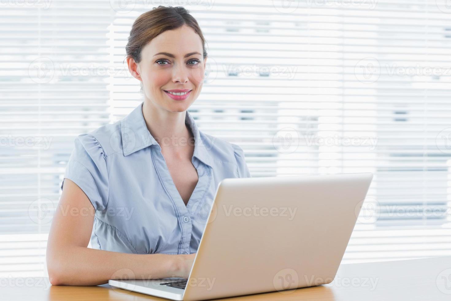jovem empresária sorrindo foto