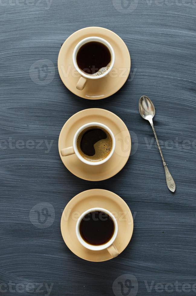 xícaras de café e uma colher foto
