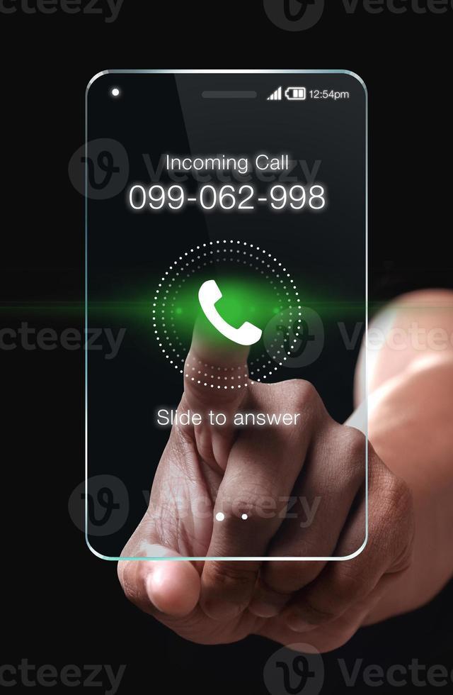 mão pressionando o ícone de chamada recebida no smartphone foto