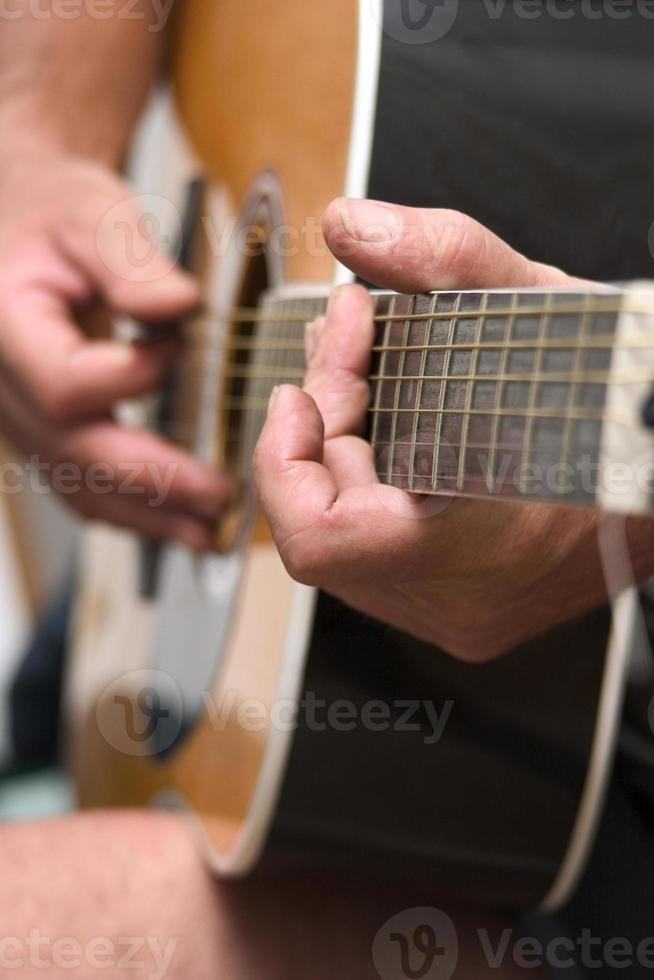 mãos tocando violão foto