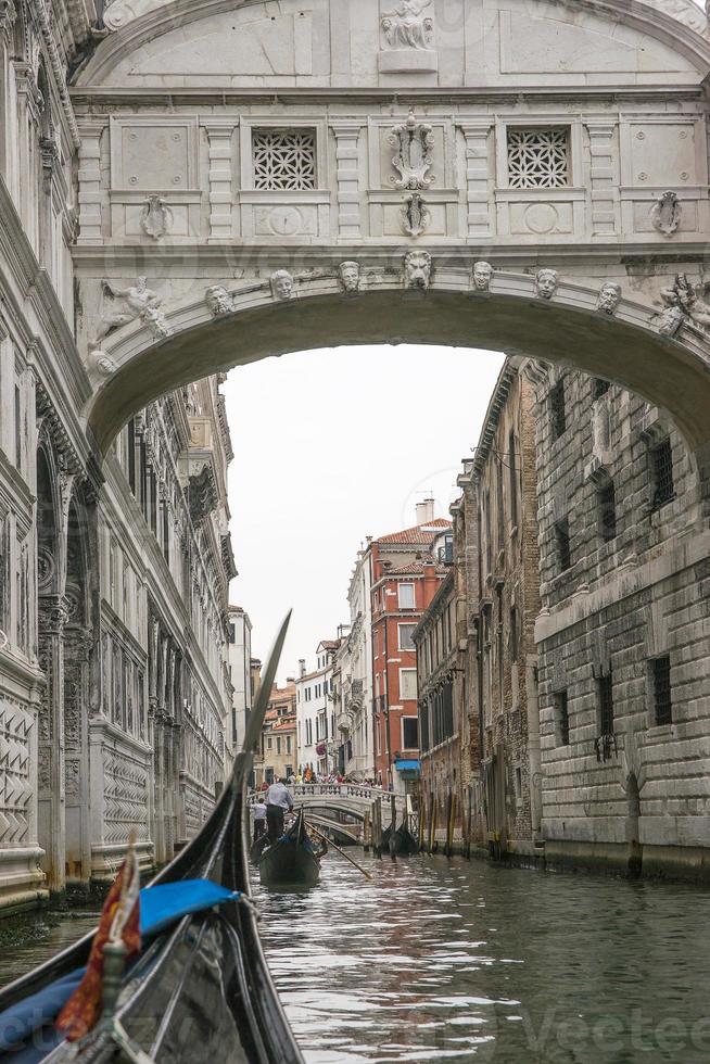 canal em veneza vista da gôndola foto