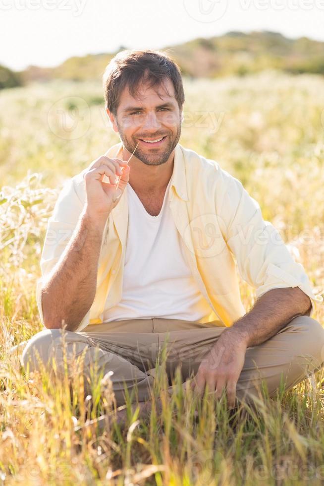 homem feliz sorrindo para a câmera foto