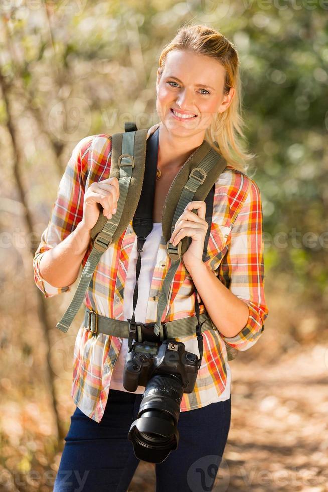 jovem mulher caminhando na montanha de outono foto