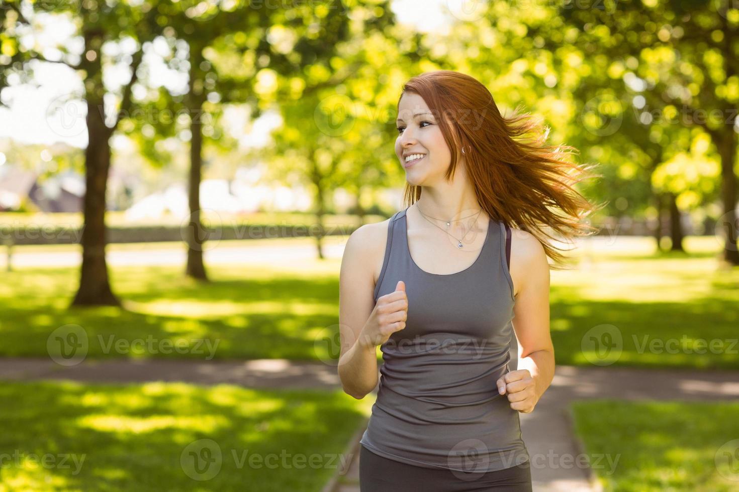 retrato de uma ruiva bonita correndo foto