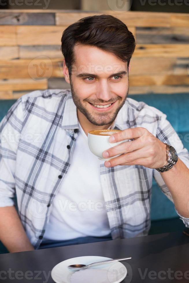 jovem tomando café foto