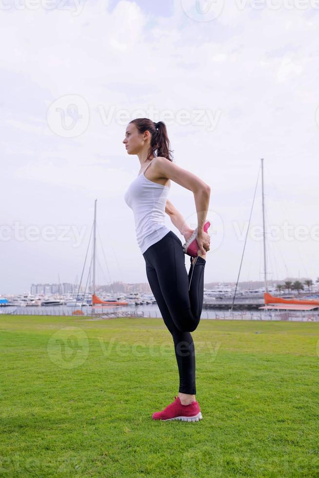 jovem mulher bonita correndo na manhã foto