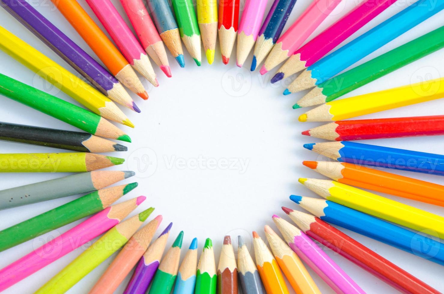 Resumo desfocar o fundo. lápis de cor diferentes em um formati foto
