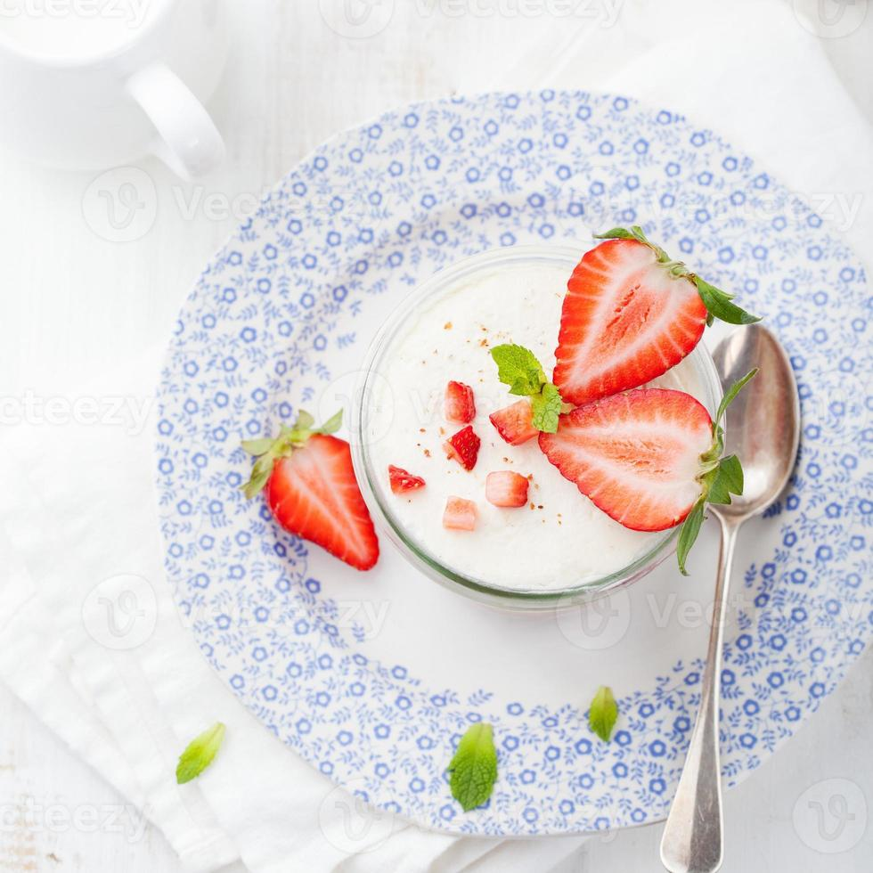 tiramisu de morango, ninharia, sobremesa de creme com folhas de hortelã foto