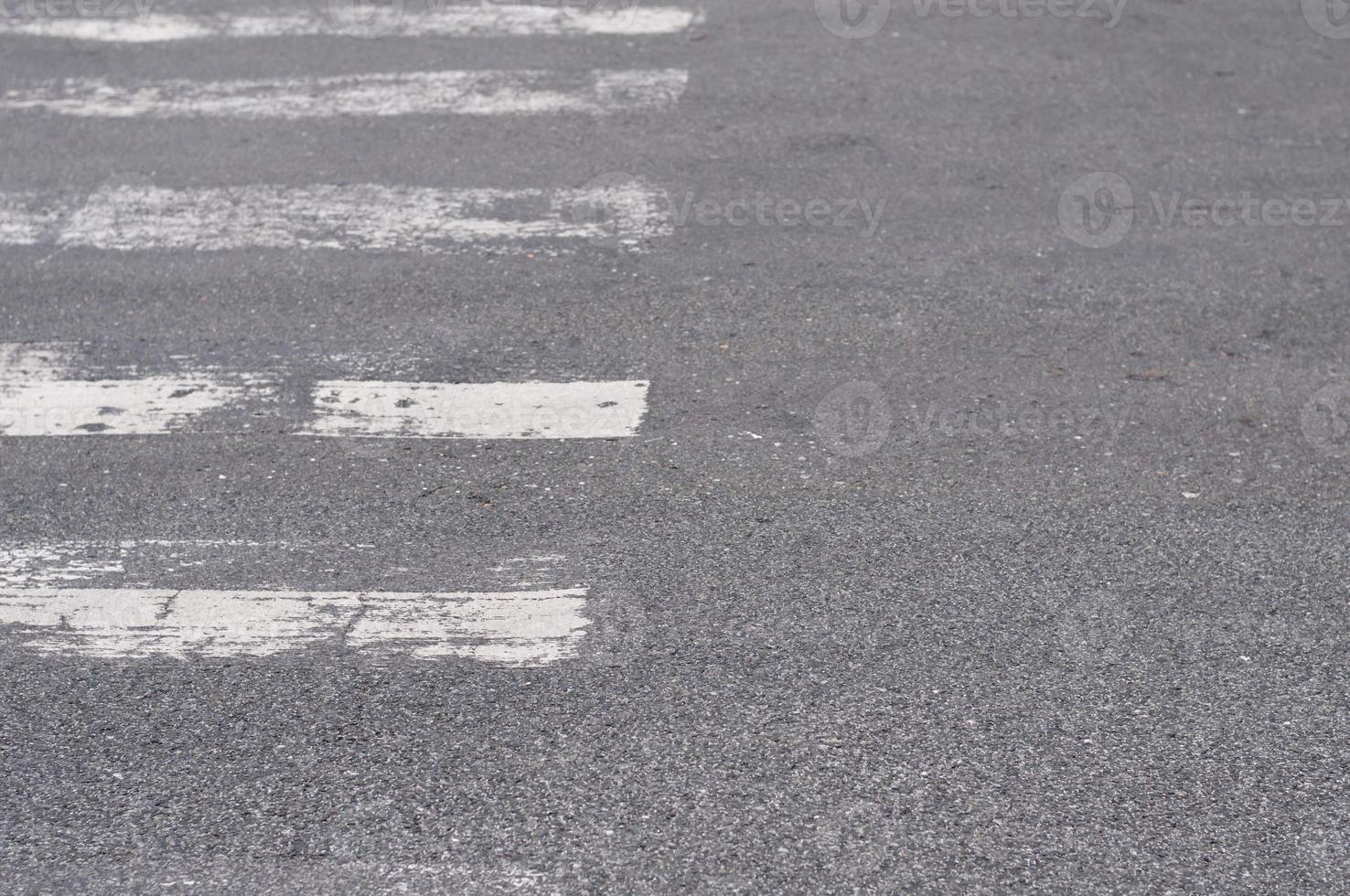 rua com faixa de pedestres foto