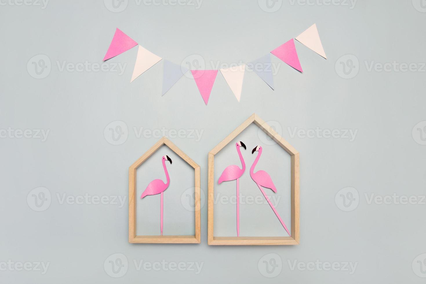 maisons avec flamants roses et guirlande foto