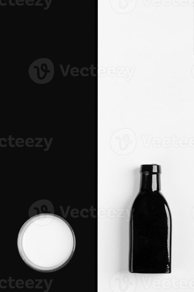 vintage garrafinha preta e copo de leite foto