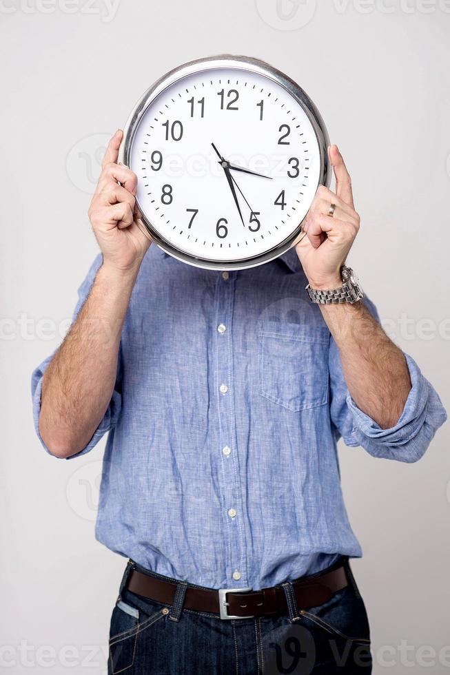 homem segurando o relógio, hora do show para você. foto