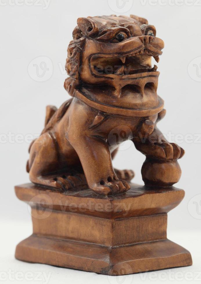leão chinês em madeira foto