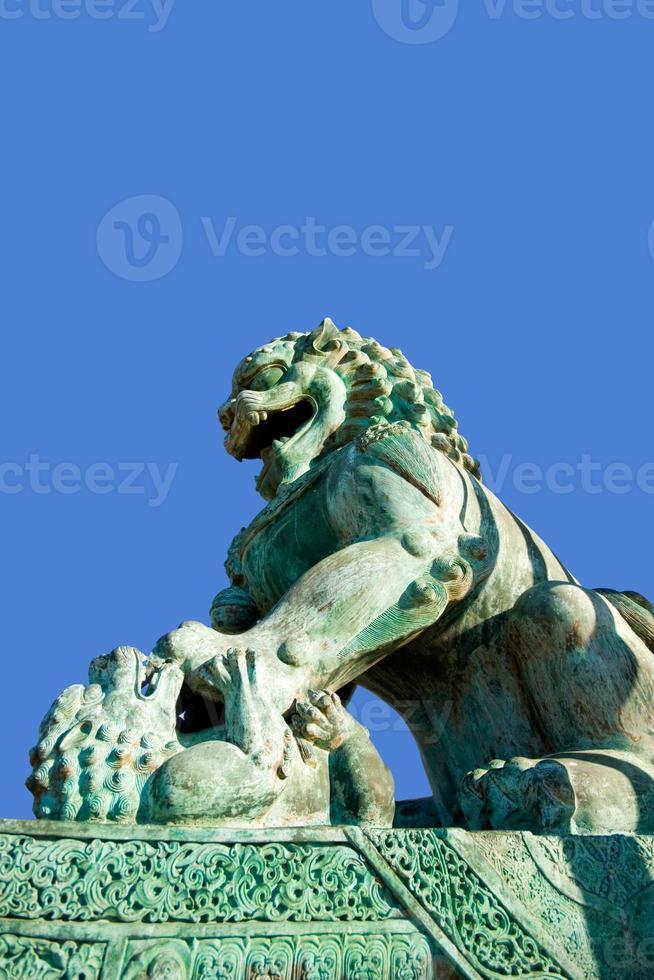 estátua do leão no templo budista foto