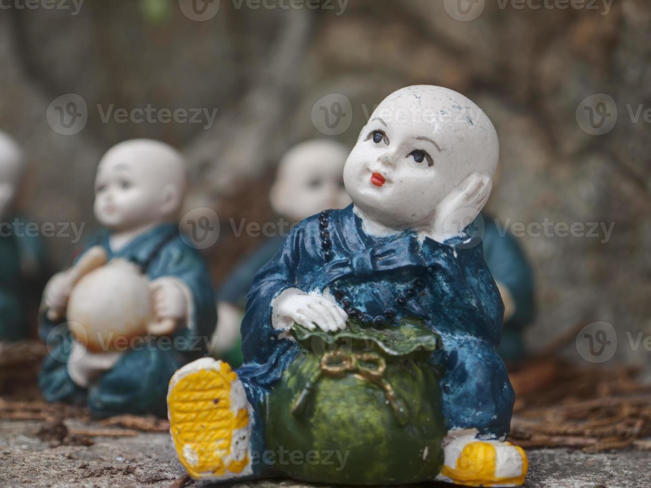 estatuetas de pequeno monge foto