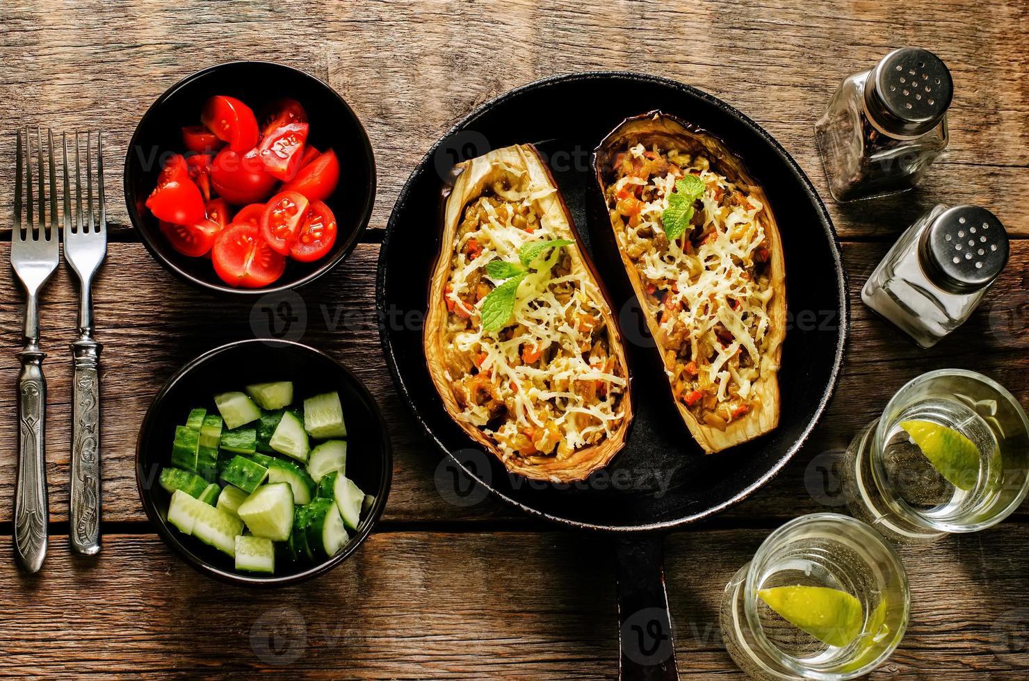 berinjela recheada com legumes foto