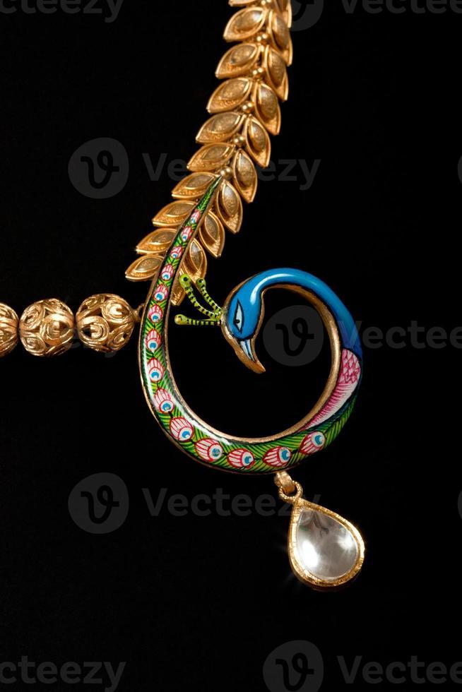 close-up de colar de diamantes foto