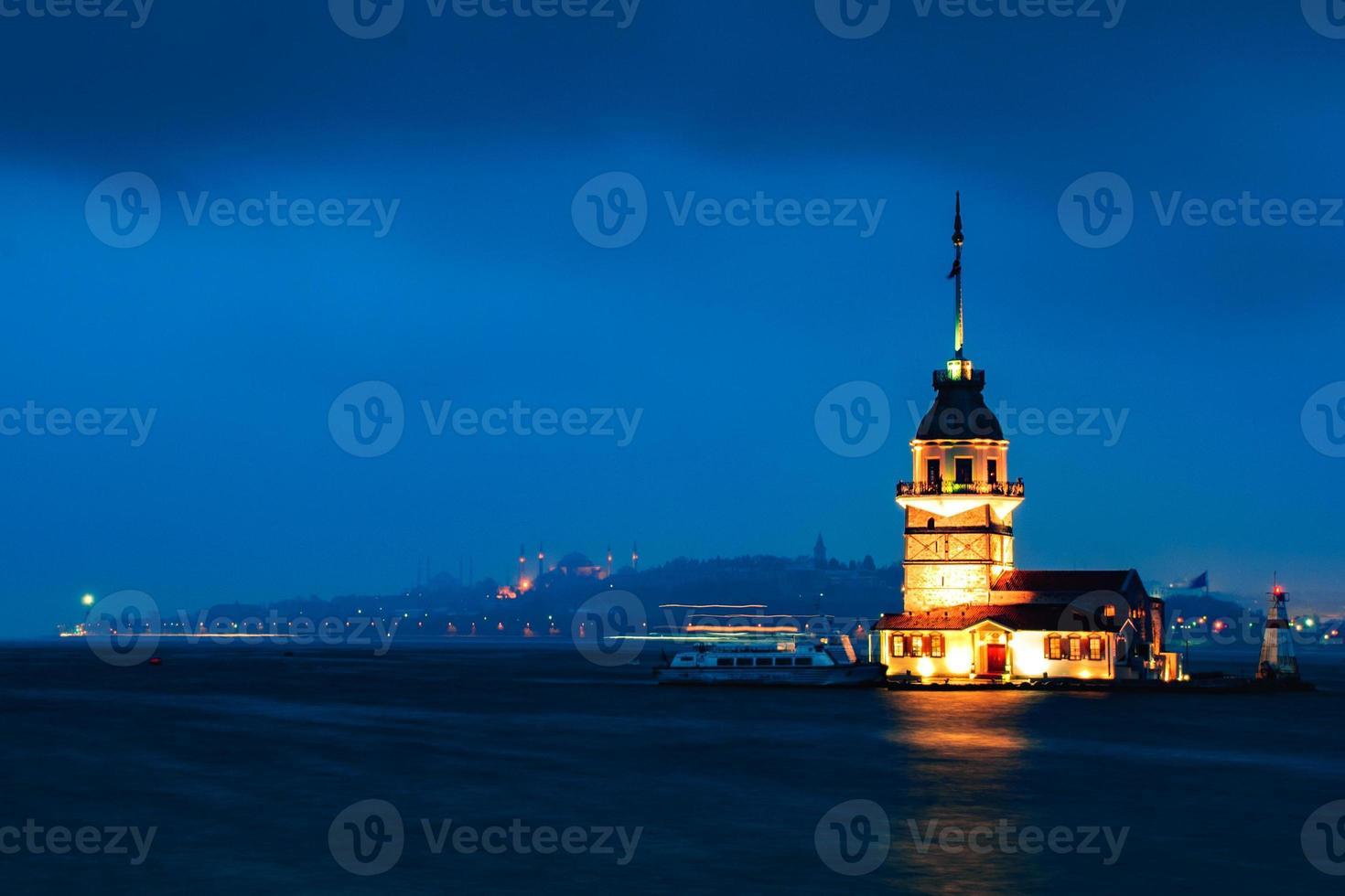 torre da donzela à noite. foto