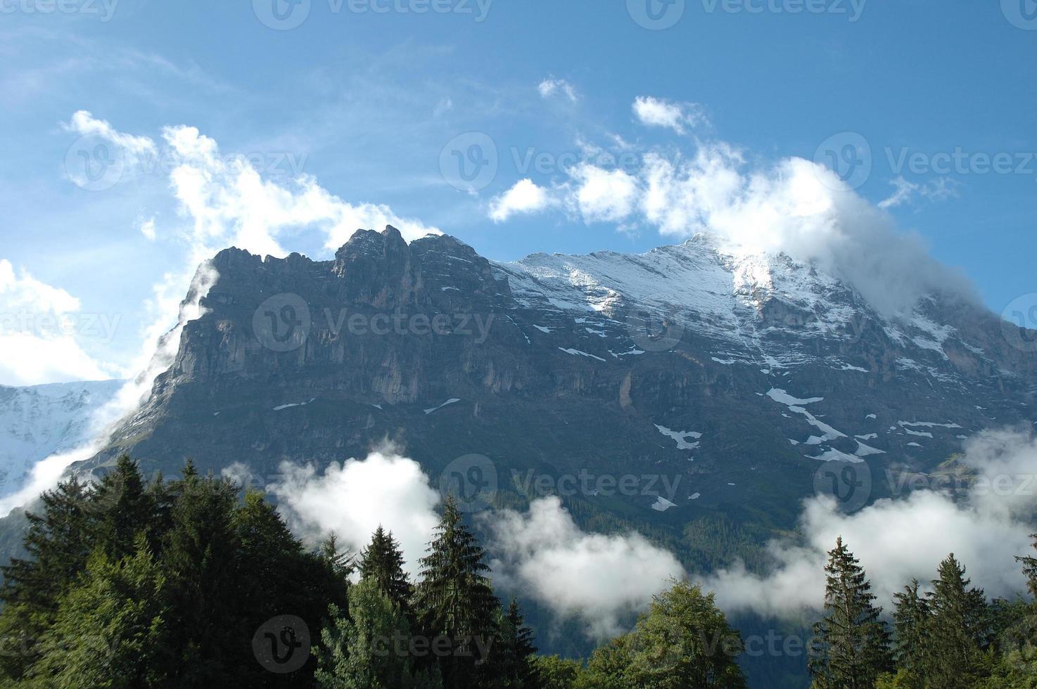 pico de cume e eiger em nuvens nas proximidades de grindelwald na suíça foto
