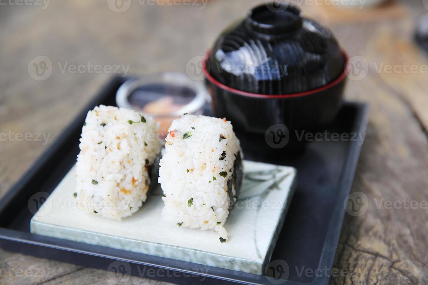 bola de arroz onigiri foto