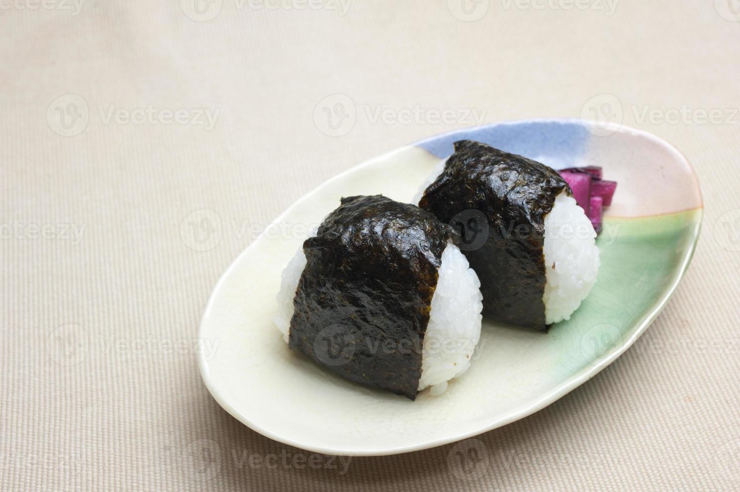 onigiri de bola de arroz japonês foto