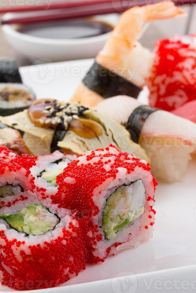 sushi em um prato branco sobre fundo de madeira vintage foto