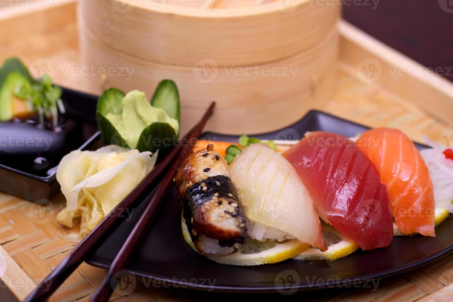 prato de sushi foto