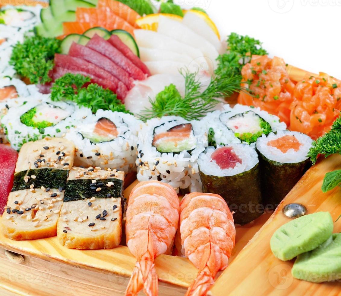 deliciosas variedades de frutos do mar exóticos de sushi. foto