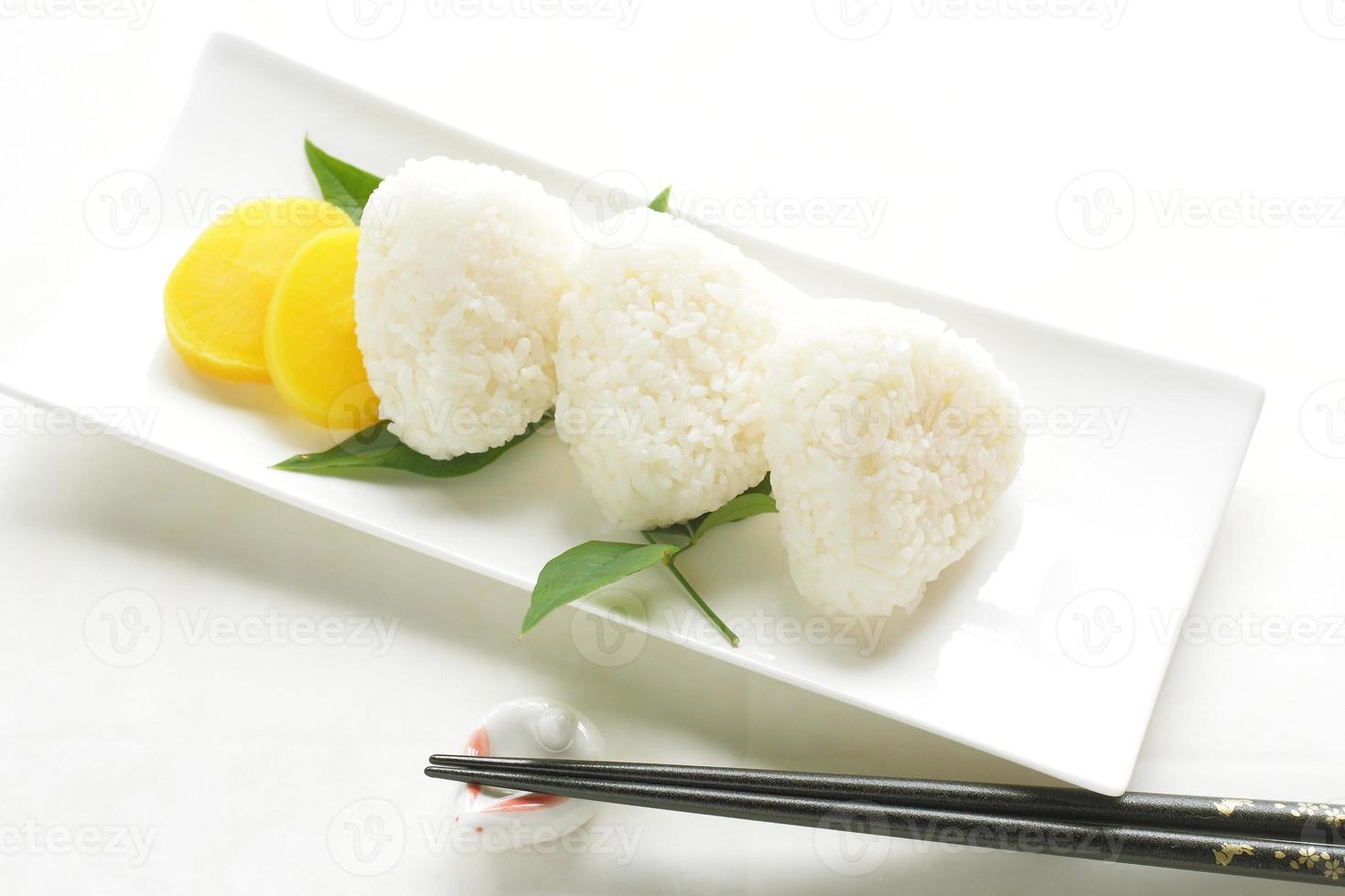 cozinha japonesa, onigiri de bola de arroz foto
