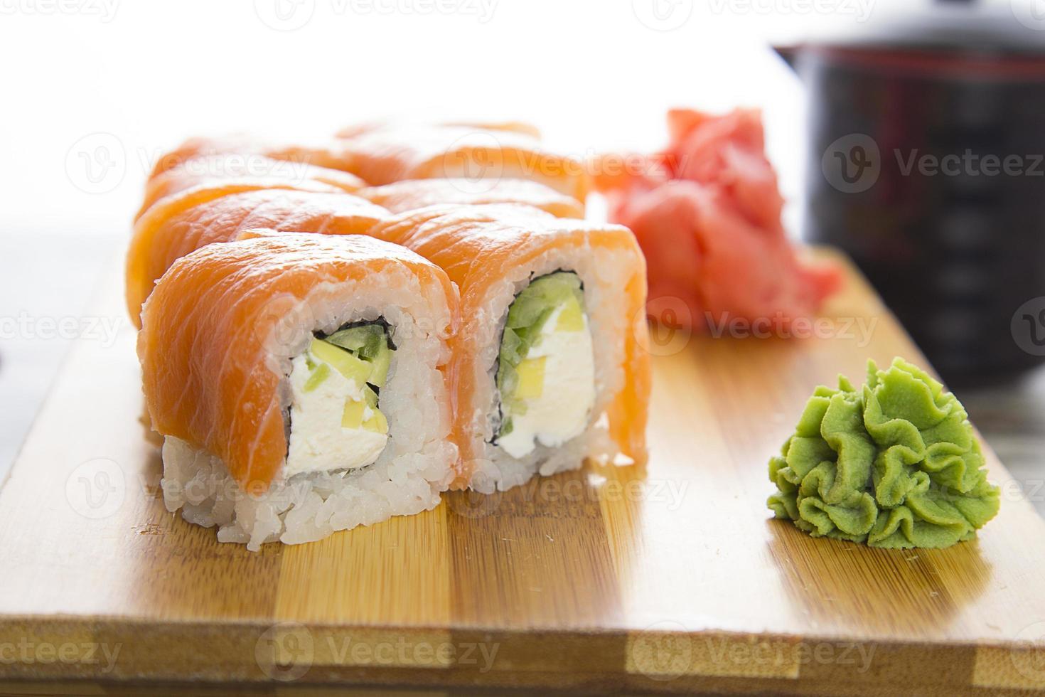 sushi em um prato de madeira gete isolado no fundo branco foto