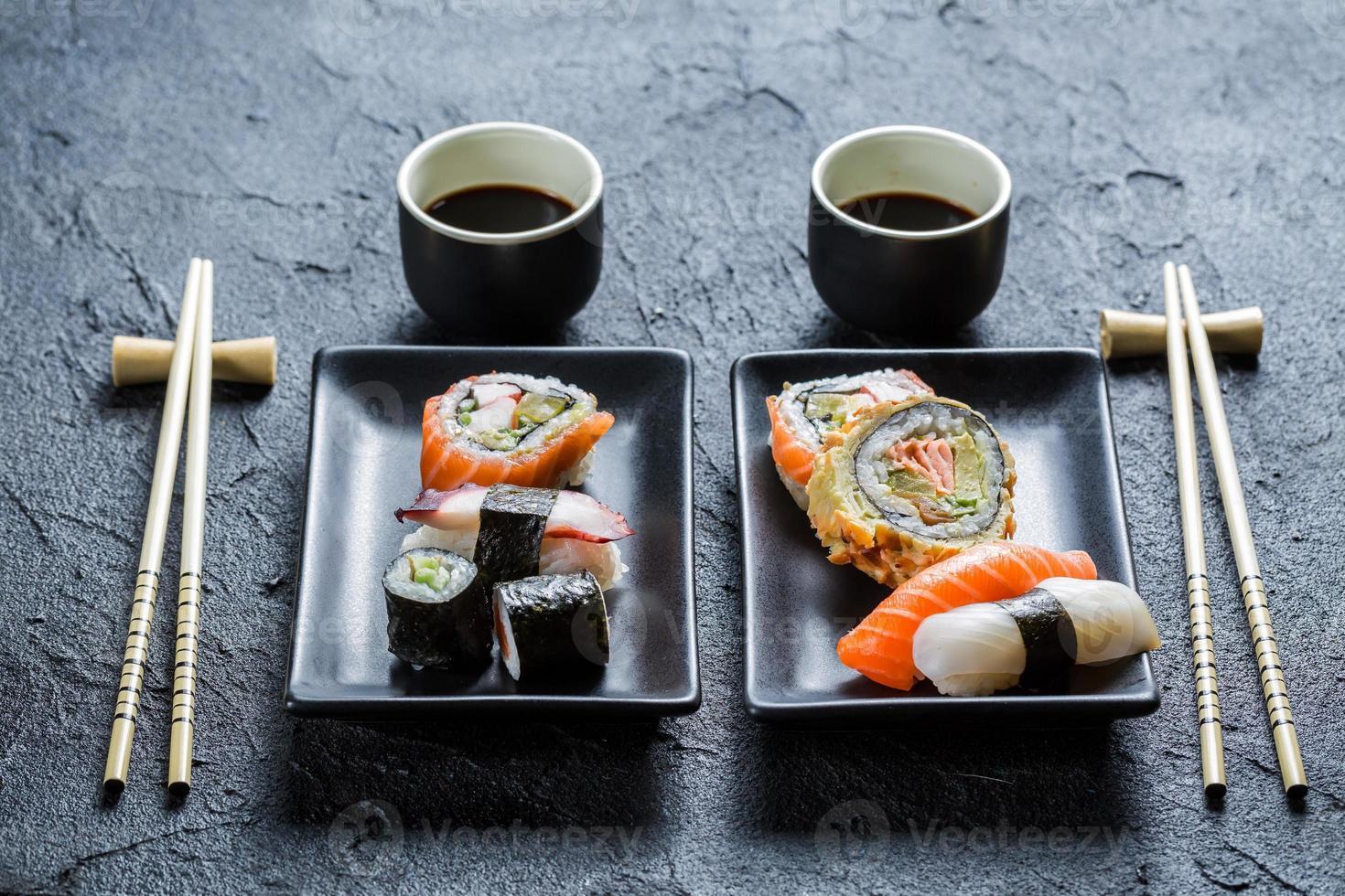 jantar de sushi para duas pessoas foto