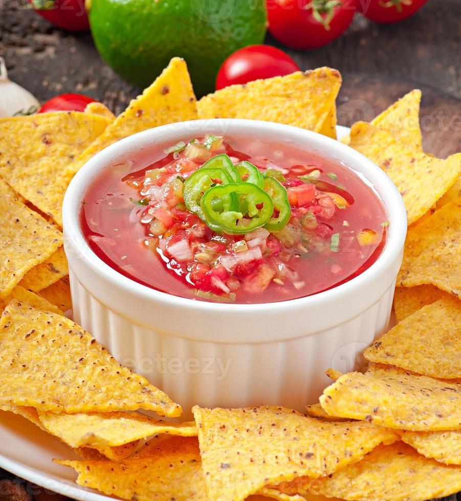 nacho chips mexicanos e molho de salsa na tigela foto