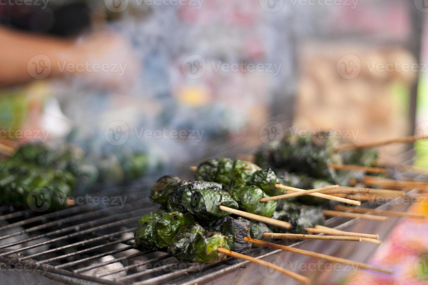 carne grelhada na folha de betel foto