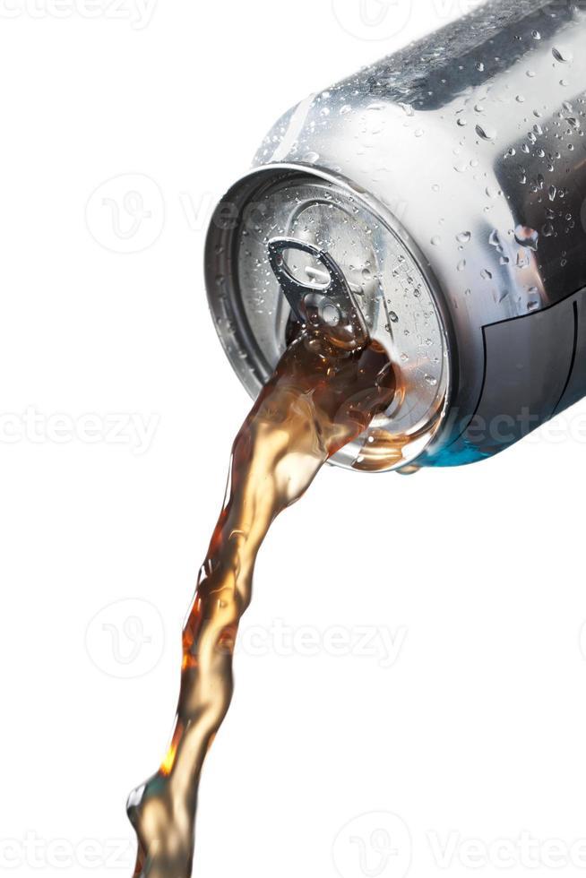 derramando refrigerantes em lata foto